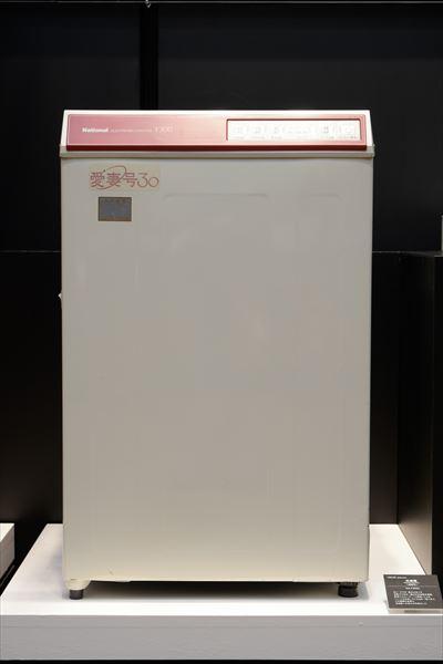 洗濯機 愛妻号 NA-F300L(1983年[昭和58年]) 洗い・すすぎ・脱水のすべてを自動でできる一槽式全自動洗濯機。新型パルセーター「U羽根」による「ハートの水流」で、3.0kgを一度に洗う。本機の登場で全自動への流れが本格化した。