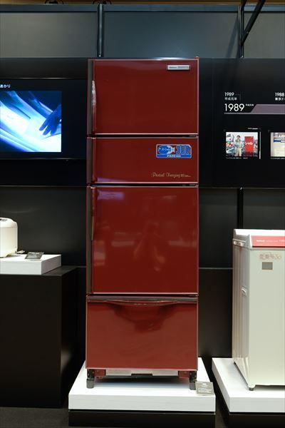 冷蔵庫 パーシャル冷蔵庫 NR-306CG-F(1984年[昭和59年]) マイコン制御技術によるパーシャルフリージング機能付き冷蔵庫。パーシャルは-3℃の、冷蔵でも冷凍でもない新しい保存温度で肉や魚の鮮度を長く保つ画期的技術。現在でもパナソニック冷蔵庫の鮮度維持技術の根幹を成している。