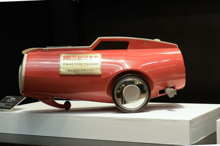 強力ハイクリーンD MC-1000C(1965年[昭和40年]) 世界で初めてプラスチックボディを採用、カラフルなカラーリングが可能になった。走行性にすぐれたデザインと大型キャスターで、引き回しの良さを実現した。