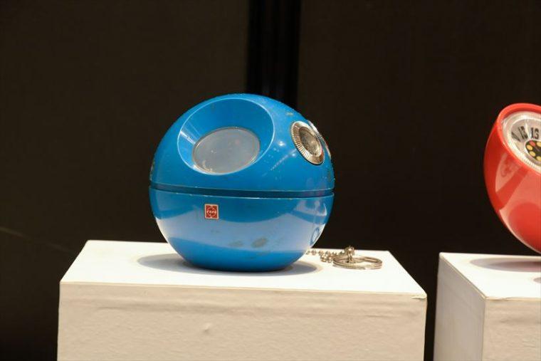 ラジオ パナペット R-70(1970年[昭和45年]) 日本万国博の記念商品として開発された。従来の形態から脱却し、大ヒットを記録。ラジオ市場に衝撃を与え、「ファッションラジオ」という新ジャンルを創り上げた。