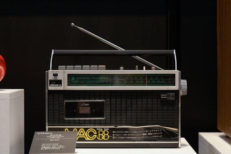 ラジカセ MAC BB RQ-444(1972年[昭和47年]) FM/AMラジオ付きカセットテープレコーダー。「自動巻き戻し機構」を採用し、使い勝手がさらに向上した。