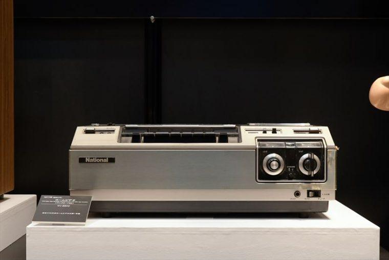 ホームビデオ マックロード88 NV-8800(1977年[昭和52年]) 同社のVHS方式ビデオデッキの第1号機。チャンネル切り替えがダイヤル式なのに時代を感じる。