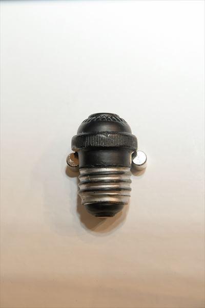 改良アタッチメントプラグ(1918年[大正7年]) 「松下電気器具製作所」の創業第1号商品。当時としては形が斬新で、精度の良いものを簡単に作るために、ねじ込み部分に古い電球の口金を再生して使っていた。価格も他社製品より3〜5割安く、評判となってよく売れた。