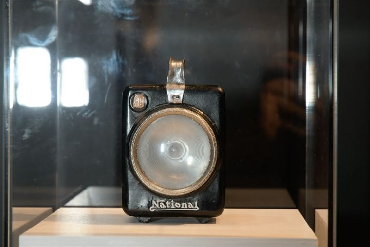 角型ランプ(1927年[昭和2年]) 初めて「ナショナル」の商標を使った「ナショナルランプ」。自転車と手提げ兼用の製品で、発売1年もしないうちに売り上げは月3万個に達する大ヒット商品となり、昭和初頭の同社の発展を支えた。