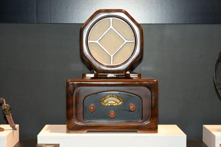 3球1号型受信機 R-31(1931年[昭和6年]) 同社のラジオ第1号機。東京中央放送局(現NHK)のラジオセットコンクールに応募、1等に当選した。