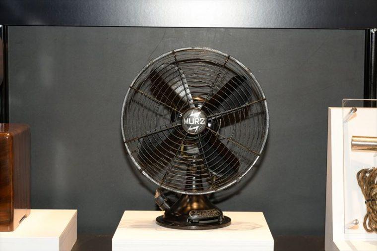 自動首振型電気扇 マーツ電気扇(1936年[昭和11年]) 同社扇風機第1号機。二重首振機能や首振角度変換機能などを搭載。当時の外国製品と遜色ない価格で発売された。