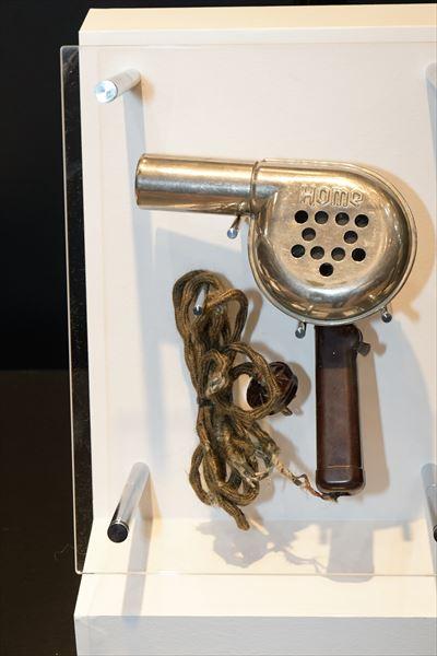 ホームドライヤー(1937年[昭和12年]) 同社ヘアードライヤー第1号機。モーターは当時の電気バリカンに使われていた整流子モーター。風を送るファンは、4枚のプロペラファン。この仕様で、300Wの温風を発生。当時としては軽量の750gで、大風量のヘアードライヤーだった。