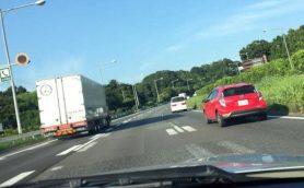 【本当にあった怖い話】高速道路の追い越し車線を走っていたら「青切符」を切られた……