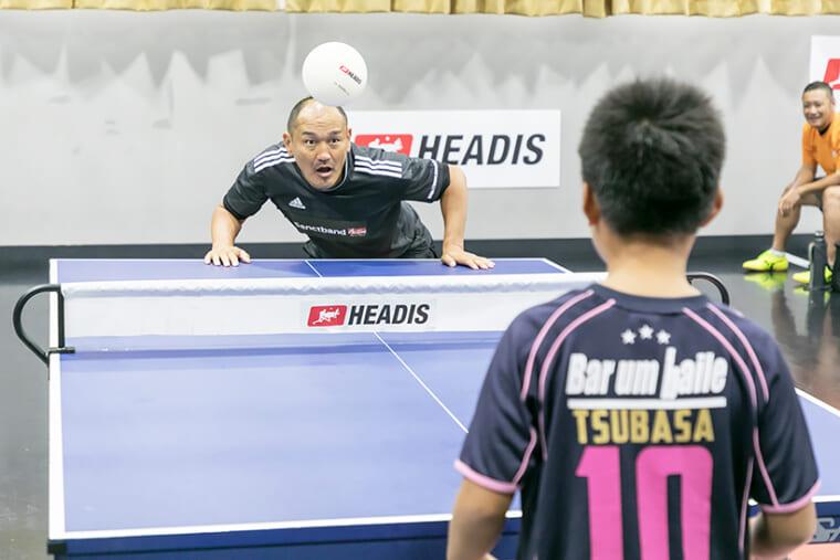↑大会には元日本代表・秋田豊さんも駆けつけた。ヘディングといえば秋田さんということで、早速ヘディスを体験。サッカー経験者だけに強いかと思いきや、実はそううまくはいかないところがヘディスの面白いところ。実際に秋田さんも練習ラリーで負けてしまうこともあった