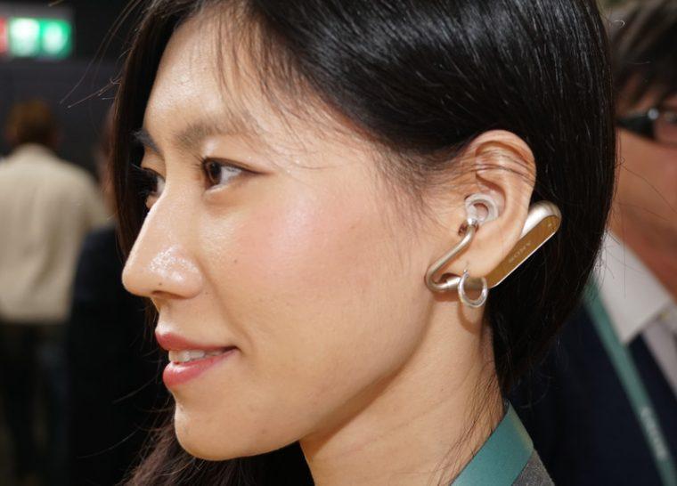↑ソニーモバイルが開発するオープン型の完全ワイヤレスイヤホン「Xperia Open-Ear Concept」