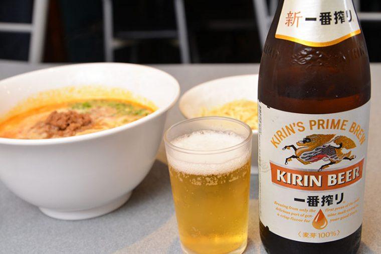↑ビール/中瓶(550円)。ジョッキも同価格で一番搾りが用意されています