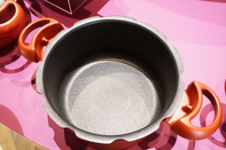 ↑鍋の内側はティファール独自のチタンコーティングが施され、こびりつきにくくなっています