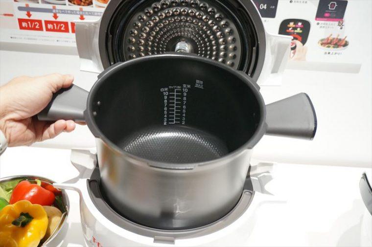 ↑鍋の内部はセラミックコーティング。持ち手がついているので女性にも持ちやすく設計されています