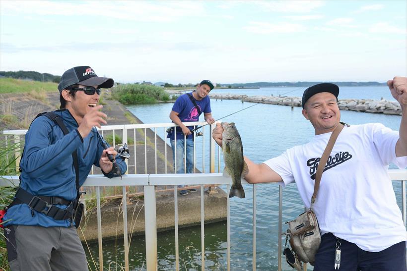 ↑途中、ガイドを務めたスタッフのひとり、平垣さんもブラックバスをゲット。ひとり釣れないオカダ選手は悔しそう