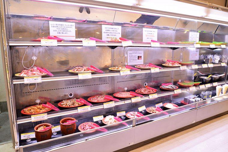 ↑店内のビュッフェコーナー。さまざまな種類のお肉が並んでいます!