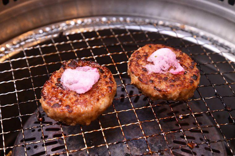 ↑ハンバーグに綿あめを乗せて焼くと、テリヤキの味になります