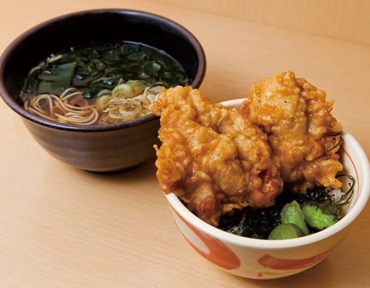 ↑揚げたての大きな鶏ももが2 つのった「唐揚げ丼セット」(580円)は、かけ・もりそばがついて味もボリュームも文句なし
