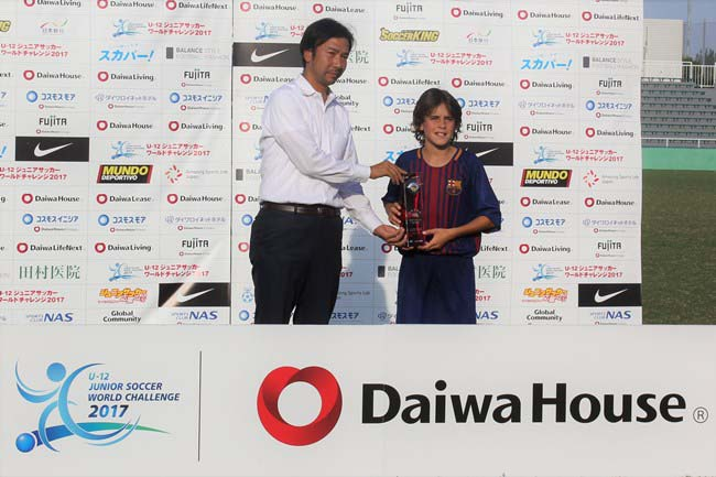 ダイワハウスMVP賞のマルク・ボンバルド・ポヤド選手(FCバルセロナ)と、大会実行委員長の浜田満さん