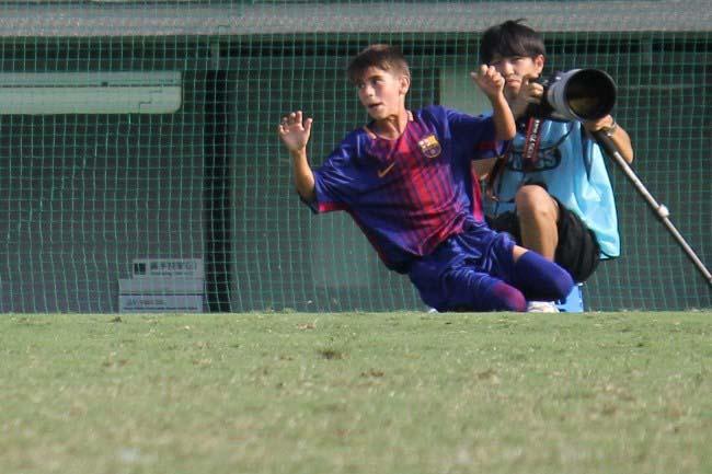 先制点を挙げ、ピッチで喜ぶFCバルセロナのジャン・モリナ・ビラセカ選手。