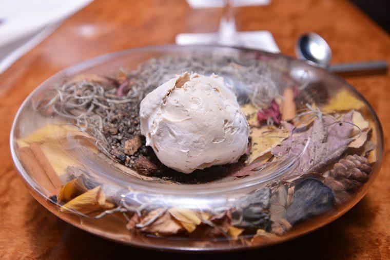 ↑アヴァンデセールの「美味しくてごめんなChai」。本当にこういう名前です。アイスのように見えますが、実はムースを液体窒素で凍らせたスイーツ