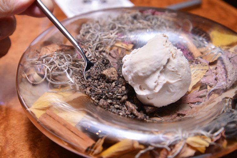 ↑このお皿は下が空洞になっていて、料理やデザートに合わせて中身をデザインできるのだとか。小石のように見えるのはクラッシュクッキーで、食べられます