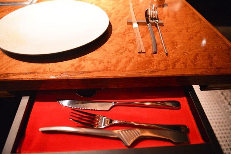 ↑テーブルには引き出しが付いていて、カトラリー類が入っています