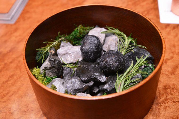 ↑アミューズの「THE garden」。黒毛和牛のメンチカツが2個隠れています。ソースの味がしっかり付いていて、きわめてジューシーでした