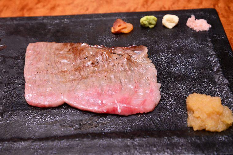 ↑肉の皿には、ワサビ、ホースラディッシュ、ピンクソルト、おろしポン酢、青森県産ガーリックのチップなど、さまざまな薬味がスタンバイ