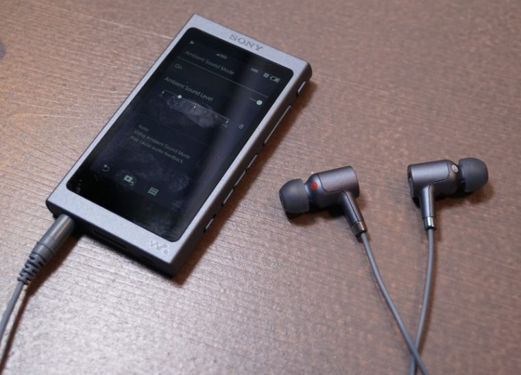 ↑エントリークラスの「NW-A40」にはイヤホンを同梱するモデルも。外音取り込み機能が使える