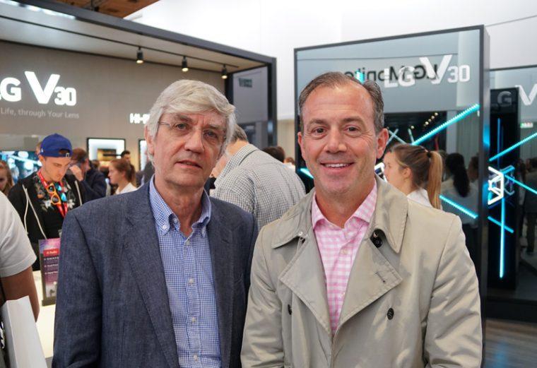 ↑IFAの会場でMQAのボブ・スチュアート氏(写真左)とマイク・ジバラ氏にインタビューできた