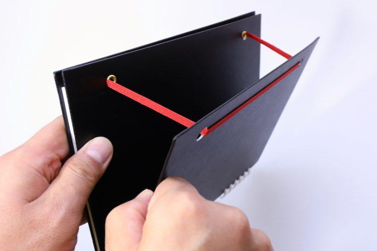 ↑2枚重ねの裏表紙を開くと、ゴムバンドがストッパーになる