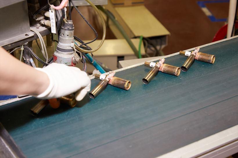 ↑ライン上を流れながら、パーツの溶接・組み立てが行われます。溶接作業は以前は人力で行っていましたが、現在は機械が行っています