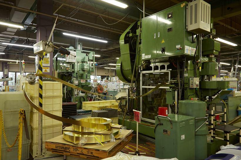 ↑パイプなど気化器のパーツは真鍮の金属シートから切り出し、プレスして成型しています