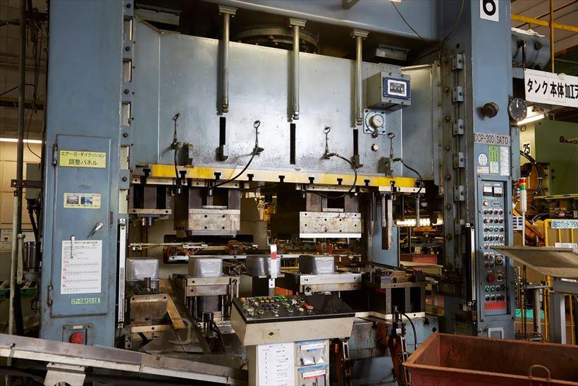 ↑硬い鉄板を大音量とともにプレスすると、見慣れたタンクのかたちが現れます