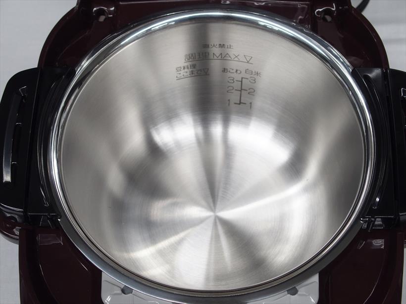 ↑炊飯器のようになべを本体にセットして使います。食材を入れるだけの簡単セッティング