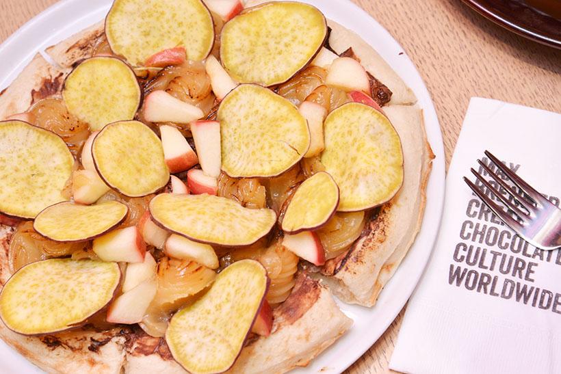 ↑スイートポテトアップルピザ(1/6スライス:520円/ホール:2520円)。スイートポテト+リンゴ+サツマイモ、秋の味覚がそろい踏み! クリームチーズとほんのりビターなチョコレートでまったりさせてくれる、スイートなピザです