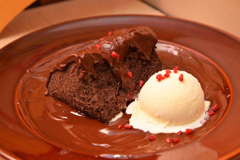 ↑ブラックアウトケーキ(1250円)。驚くほど柔らかいシフォンケーキに、濃厚ソース。どちらにもチョコレートをたっぷり使っています。冷たいバニラアイスと、ベリー系のフレーバーがアクセントに