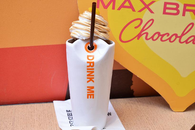 ↑スモア モンブランラテ チョコテール(770円)。マロン風味のミルクチョコレートとエスプレッソを合わせた、きめ細かなフローズンドリンク。上品な甘みのマロンアイスとマシュマロペーストが乗っています