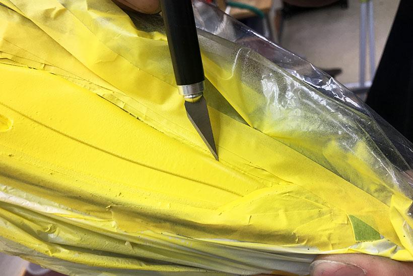↑際の外膜のペイントが繋がっている可能性もあるので、カッターで薄く切れ目を入れてチェックします