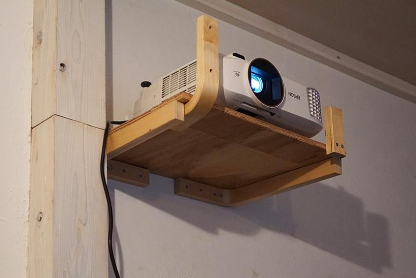 ↑高い位置から投射する場合は、プロジェクター本体を逆さにして設置します