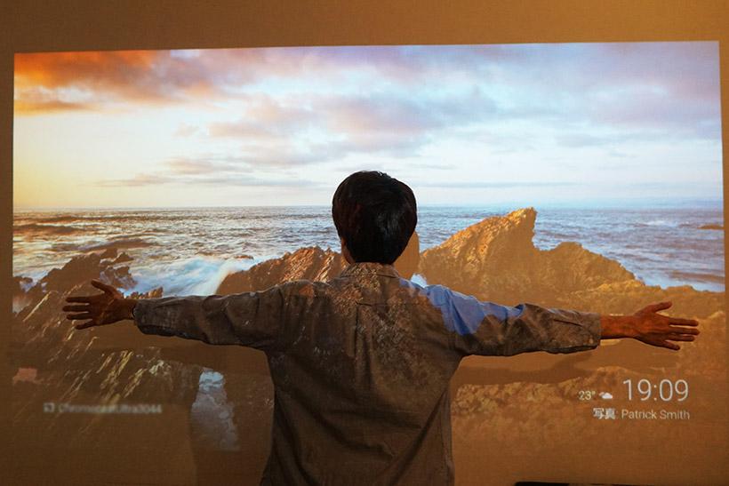 ↑スクリーンなどを用意しなくても、普通の白い壁で大画面を投写。プロジェクターから壁面まで約3メートルの距離をとれば、画面は大人が両手を広げても足りないぐらいの大きさ(約100インチ)に