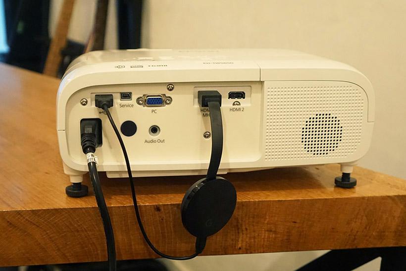 ↑今回はグーグルの「Chromecast Ultra」をプロジェクター背面のHDMI端子に接続。さらにUSB端子から電源も供給します
