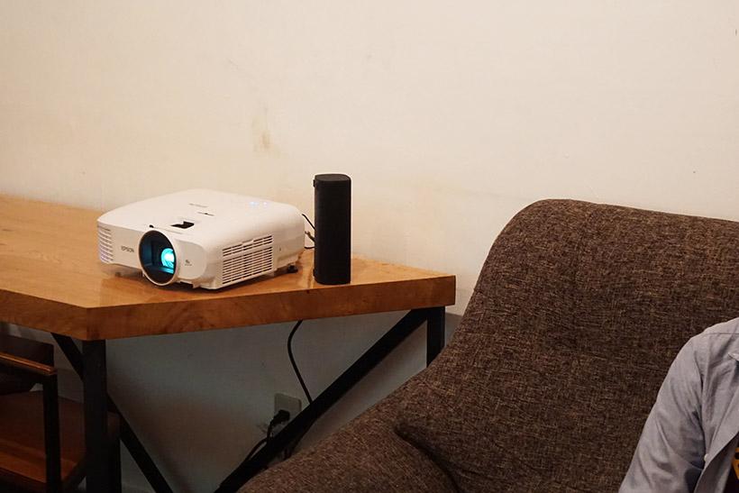 ↑Bluetoothスピーカーを設置。このように小さめのスピーカーを使う場合、プロジェクターの投写画面そばではなく、自分の視聴位置近くに置くことで音量不足も気になりません