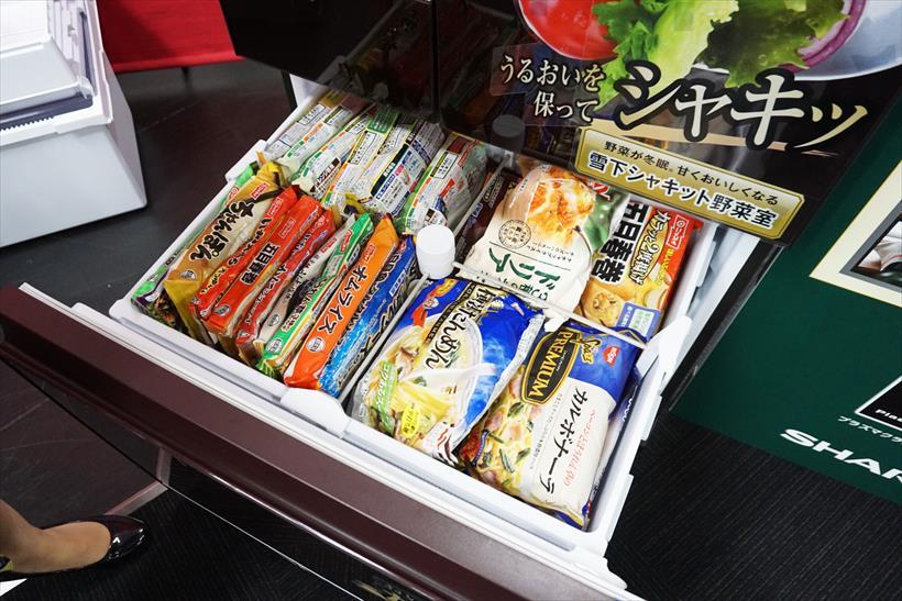 ↑冷凍ケースを自在に仕切れる独自の「4切り名人」で、冷凍食品がたっぷり収納できます