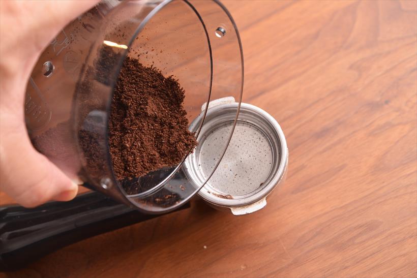 ↑コンテナが大きめなので、他社製エスプレッソマシンのフィルターに豆を落とすのはやや難しいかもしれません