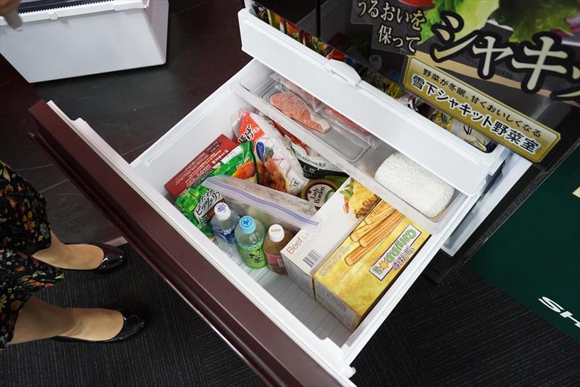 ↑「4切り名人」の下には薄めの冷凍食材をしまうトレイがあり、さらにその下には、ペットボトルを立てて入れられる大きな冷凍室が。週末の買い溜めも心配ナシですね