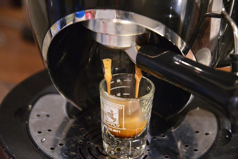 ↑筆者のエスプレッソマシンで抽出。そのまま飲んでみると、濃厚かつ酸味の効いた味が楽しめてこれは感動!