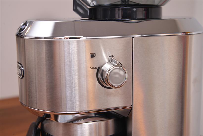 ↑豆を挽く量の設定は、側面のノブで。この値がディスプレイに反応して1~14杯を選べるのです