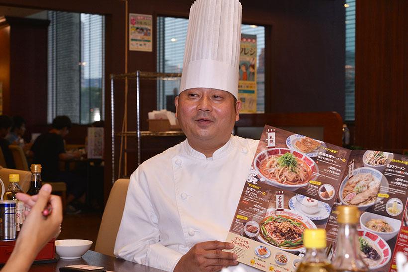 ↑福島シェフ。老舗の中華レストランを経て「すかいらーく」に入社し、15年以上バーミヤンのメニュー開発に携わっているプロフェッショナルです