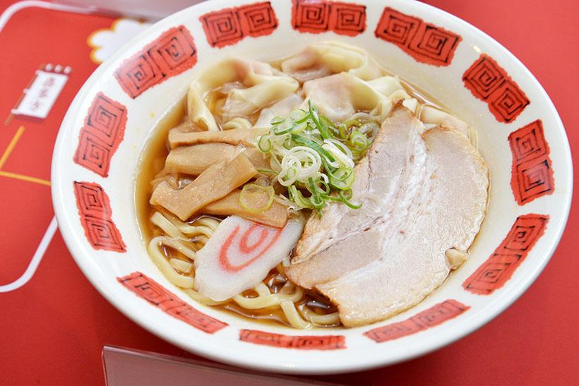 ↑喜多方ラーメン(699円)。蔵の街・喜多方の醤油を使用した透明度の高いスッキリとしたスープに、ワンタンや焼豚など具だくさん。麺は太めの平打ちタイプです